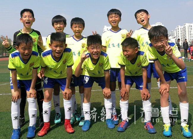 """胶州足球小将扬威""""市长杯"""" 一小学两球队闯进四强"""