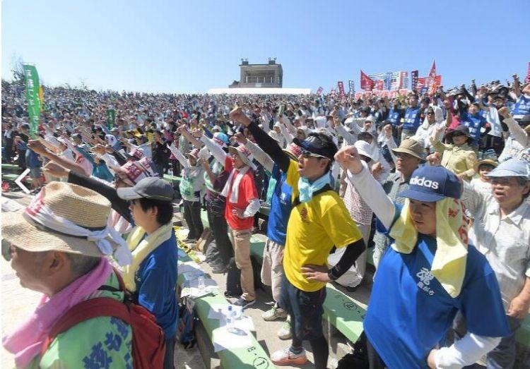 """冲绳举行""""回归日本""""纪念大会 民众抗议驻日美军扩大基地"""