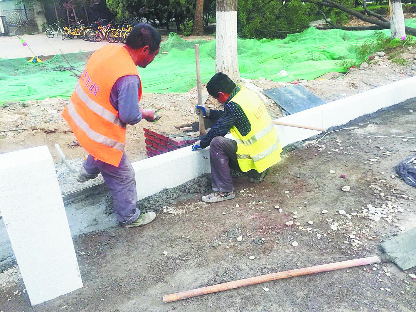 淄博柳泉路改造日记丨东半幅开始铺设路牙石