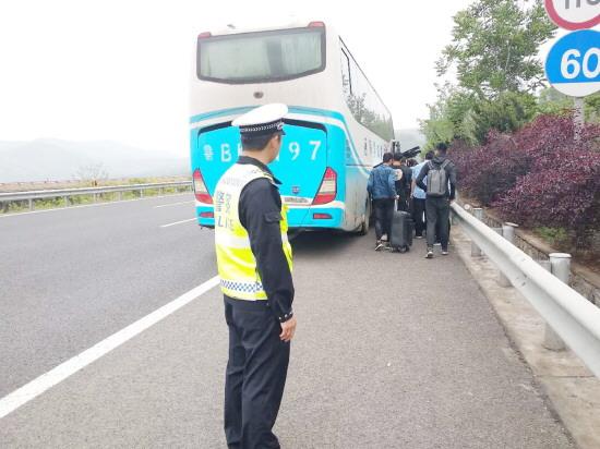 40名学生旅游包车出故障滞留青兰高速公路沂源境内 交警伸援手