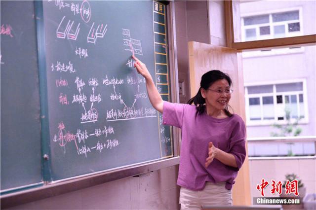 高中教师手写教案36年 千个课件似艺术品