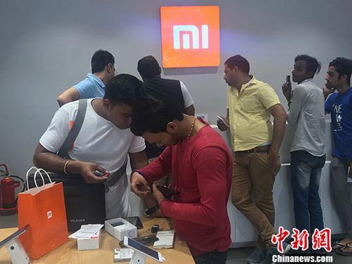"""中国智能手机海外""""圈粉"""" 在印度广受欢迎"""