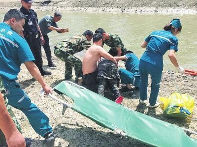 辅警河边救轻生者 单腿当支架助老人催吐脱险