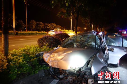 桂林一小车失控撞上路边花圃 车头严重撞毁司机死亡