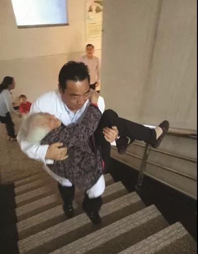 """这个""""公主抱""""帅呆!见老人腿脚不利索 他抱起老人送上楼"""