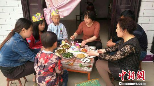 """黄土塬上的""""爱心妈妈团"""":我有9个孩子 他们都不孤独"""
