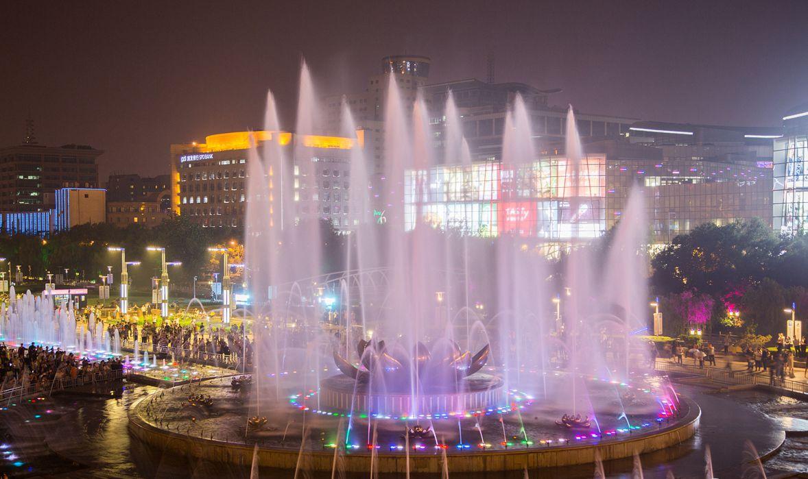 夜晚济南音乐喷泉随风而舞 市民尽享清凉