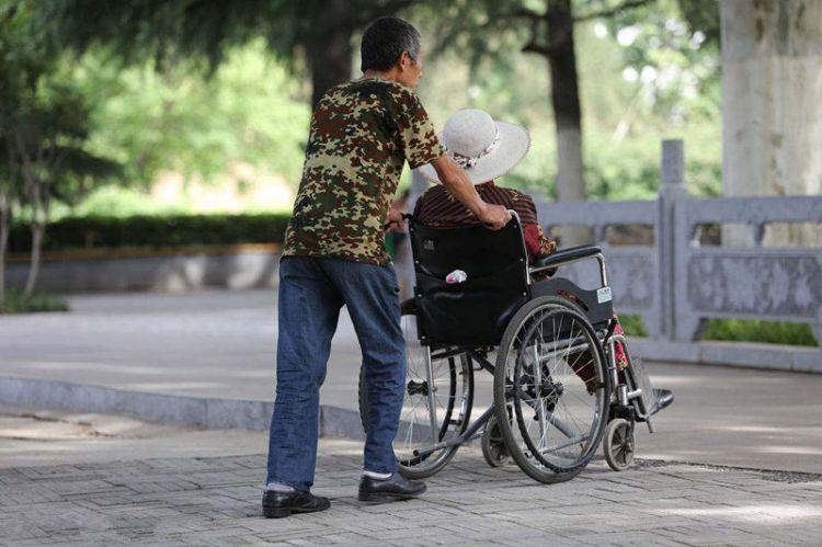 老人将财产都赠予儿子后患重病 其女拒绝赡养被起诉