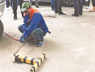 淄博华瑞园社区26个公共停车位私装地锁被集中拆除