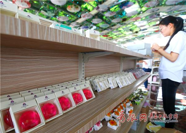 游客在玫瑰小镇产业园选购玫瑰皂。.jpg