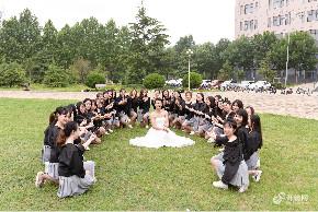 """山东聊城毕业照 36名女生""""簇拥""""1名男生"""