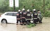 雨天行车开进排水渠 东营消防紧急救援