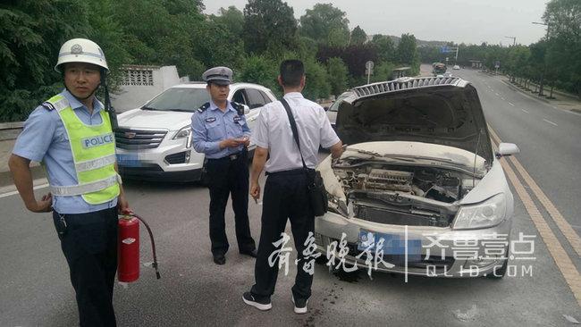 泰安:环山路两车相撞引自燃 交警及时处置消隐患