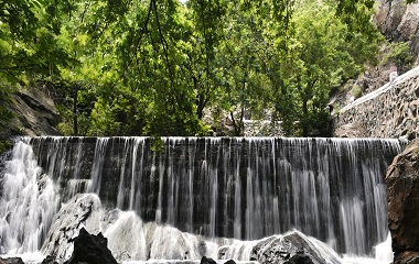 滨州市民走进森林公园观瀑布 迎接中国旅游日