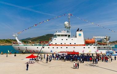 """""""向阳红01""""完成中国首次环球海洋综合科考返回青岛"""