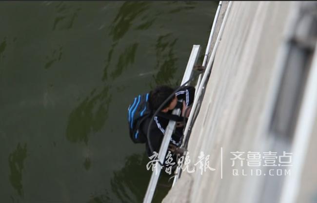 滨州一学生不慎落水,消防官兵悬绳救援