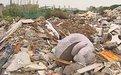 桓台二中学校门前土成堆 隐藏百米垃圾带