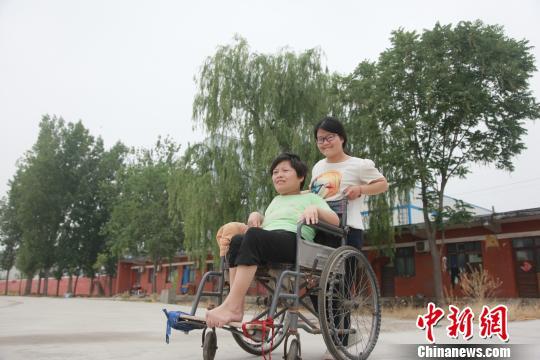轮椅上的母女情:邢台18岁少女推着瘫痪妈妈上学
