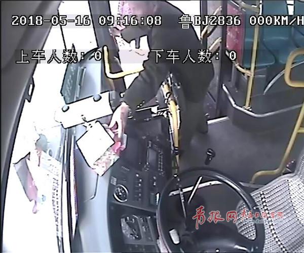 暖心!青岛八旬老人自费买40多箱樱桃送公交司机