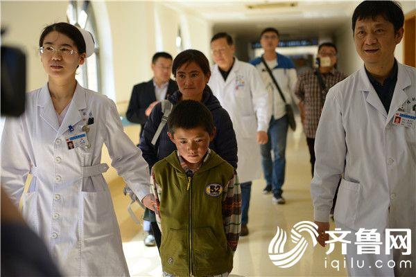 聂拉木11岁先心病患儿抵达烟台接受治疗