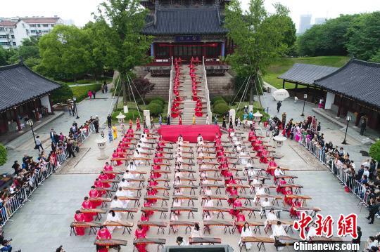 中国古筝日 泰州数百古筝爱好者弹奏《渔舟唱晚》
