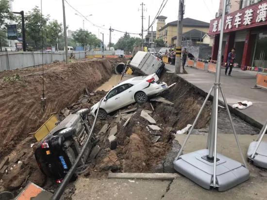 杭州一路面凌晨突然塌陷 3辆车瞬间被吞没