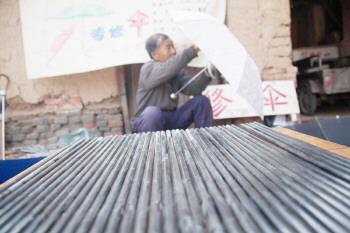 66岁乔冬廷淄博街头修伞35年 最忙时曾一天修了300多把