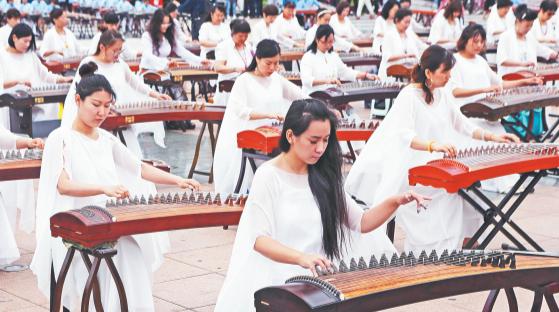 古筝日展现民乐魅力 淄博400人合奏《渔舟唱晚》