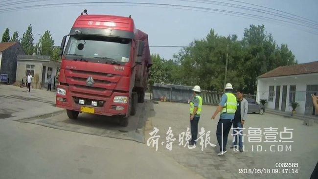 吓人!荷载49吨的货车居然拉了137吨货,还敢上高速