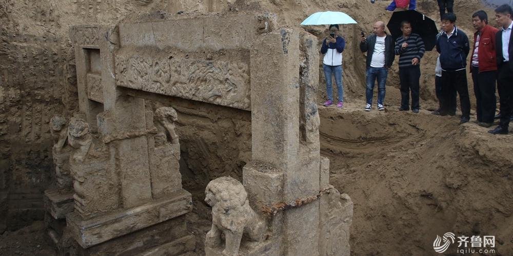 滨州建筑工地挖出清代贞节牌坊 引民众冒雨围观