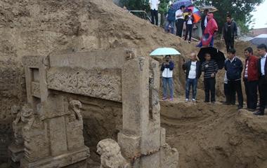 滨州建筑工地挖出清代贞节牌坊引民众冒雨围观