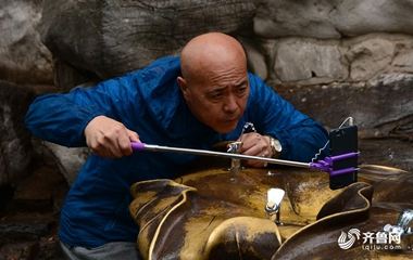 济南市民雨中嬉戏游玩赏泉打水