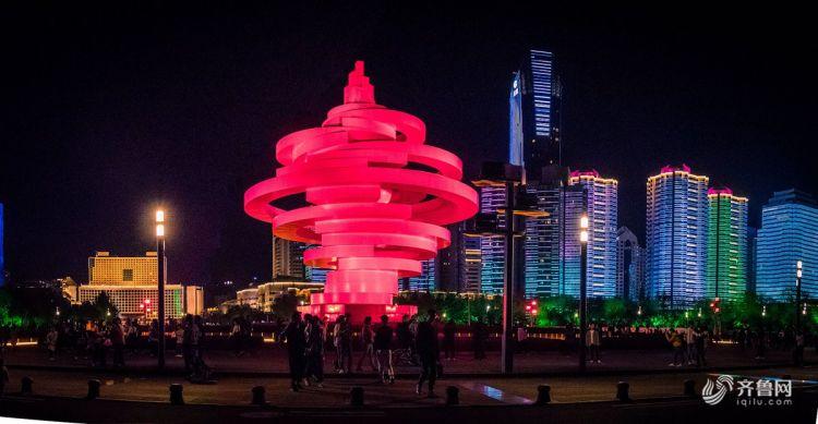"""修整后的""""五月的风""""在红色的灯光下璀璨夺目,照亮了胶州浮山湾,与隔岸相望的青岛奥帆中心遥相辉映,共同成为青岛市的旅游新名片。.jpg"""