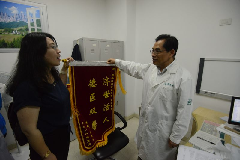 胰腺癌患者10年后专程赴医院,献锦旗致谢救命恩人