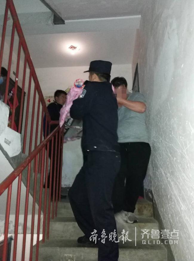 孕妇凌晨羊水破裂却遇下楼难 民警帮忙抬上救护车