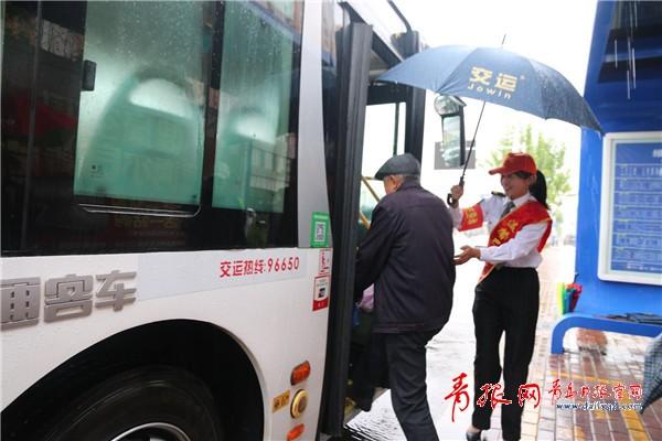 斜风细雨更有爱 给雨中的青岛志愿者们点赞(图)