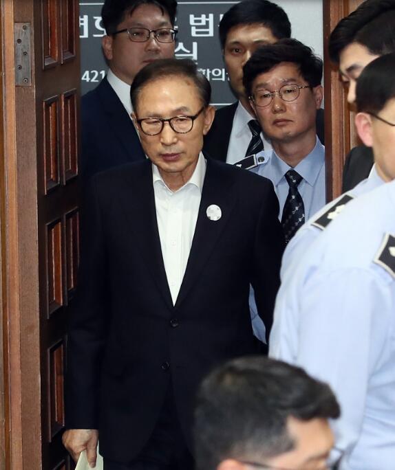 李明博首次出庭受审:望司法部门作出合理判决