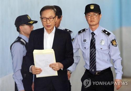 李明博出席涉贿案首次庭审 称受贿指控是侮辱