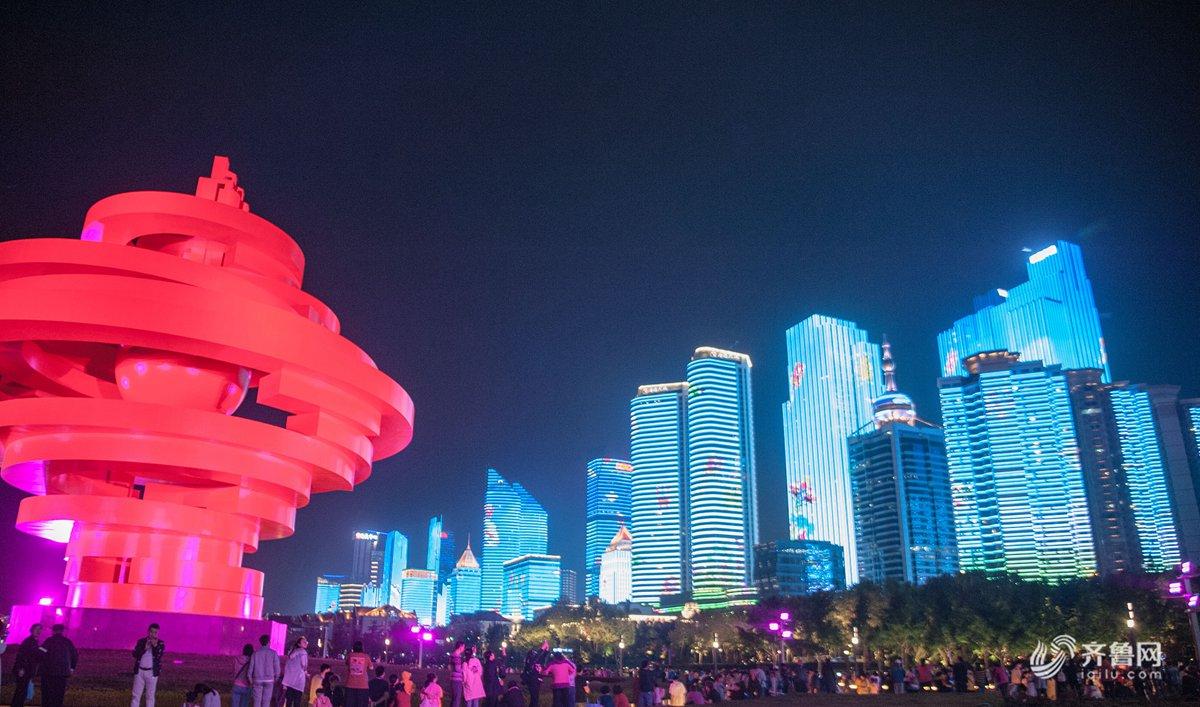 青岛灯光秀流光溢彩 游客扎堆五四广场拍照