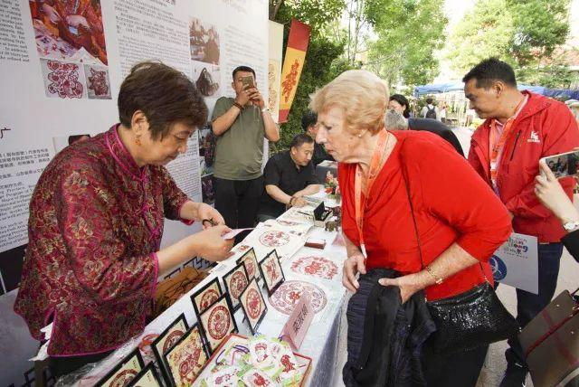 世界六大洲老年嘉宾烟台共赏山东文化旅游商品