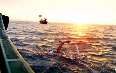 """山东女""""泳""""士8小时成功横渡琼州海峡"""