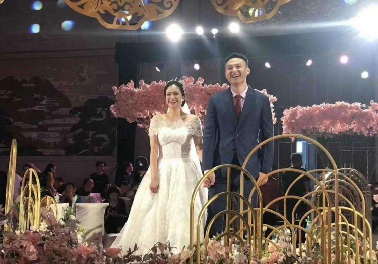 山东男篮猛将王汝恒大婚,娇妻22岁是艺术体操运动员