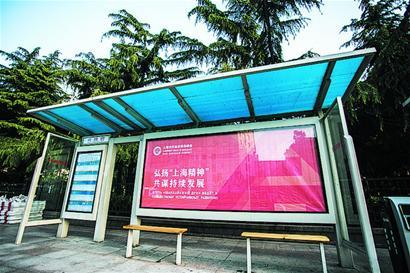青岛前海公交站牌全部退路进棚 嵌入设计不占人行道