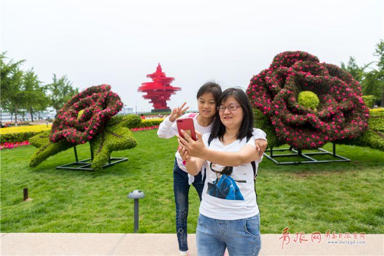 五四广场创意造型绿植吸睛 游客纷纷驻足合影(图)