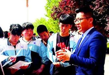 """职教学生成了""""香饽饽"""" 20多家企业茌平县职教中心""""抢人"""""""