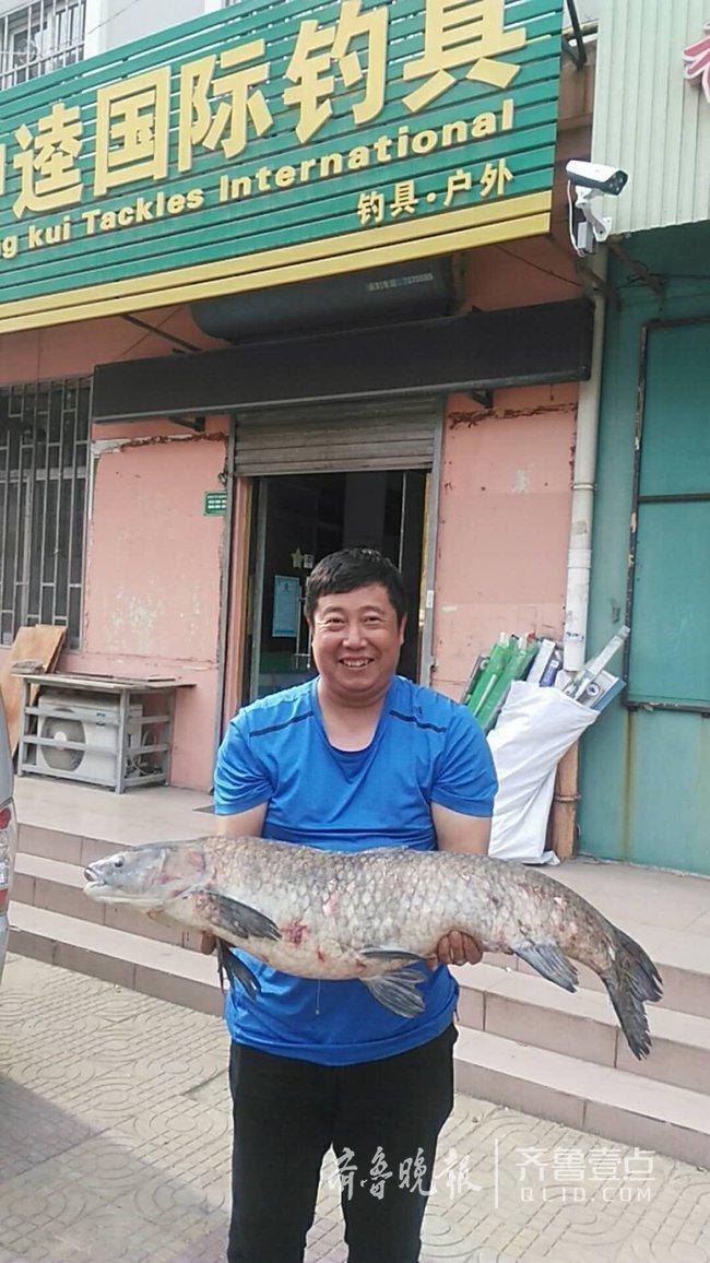 过瘾!钓友钓到30斤大青鱼 十几人分享一鱼六吃