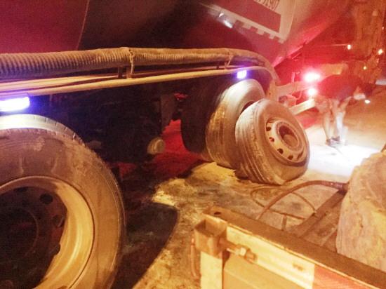 凌晨罐车轮胎起火 淄川收费员用5个灭火器成功排险