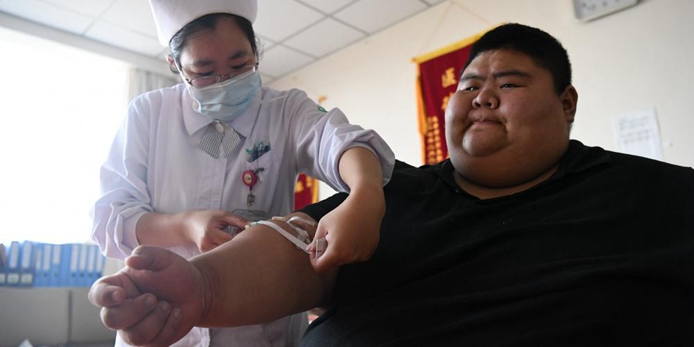 """668斤""""中国第一胖""""进驻医院 手机直播减肥粉丝过百万"""
