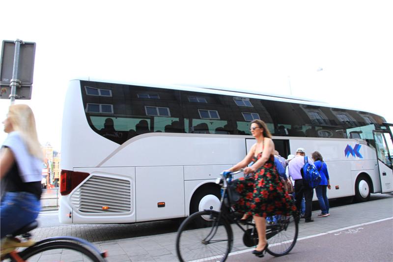 30、荷兰的环保意识很强,在道路两旁设有自行车专用通道,且骑行者车速不是一般的快