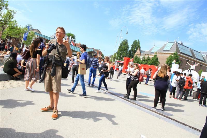 25、在匆忙抓拍时,发现一摄影者镜头也对着我,咱友善的摆个pose,他拍完后满意地竖起了大拇指!